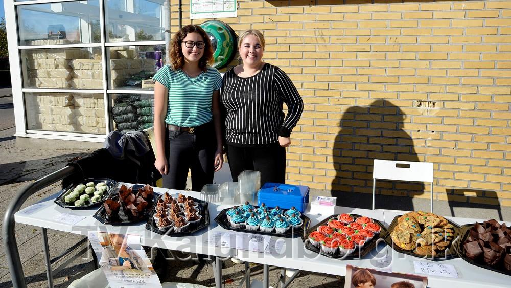 Janine Madsen og Marie Madsen med deres kagebod ved SuperBrugsen i Ubby. Foto: Jens Nielsen