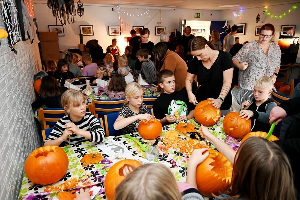 Lokalet på Gørlev Bibliotek var fyldt til bristepunktet med børn, voksne og masser af græskar. Foto: Jens Nielsen