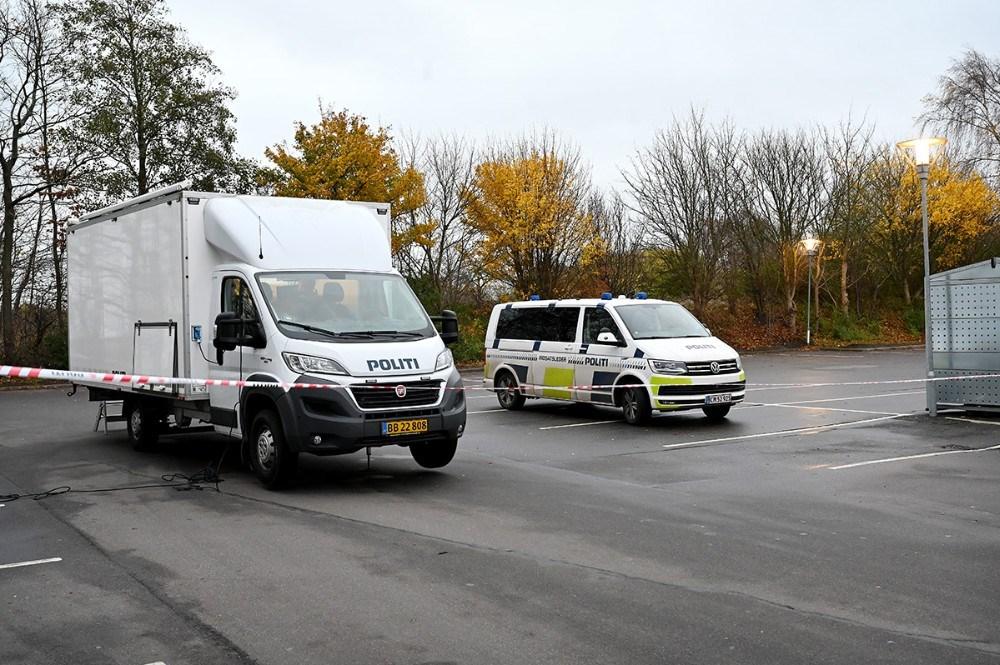 Politiet er stadig til stede ved gerningsstedet onsdag formiddag. Foto: Jens Nielsen