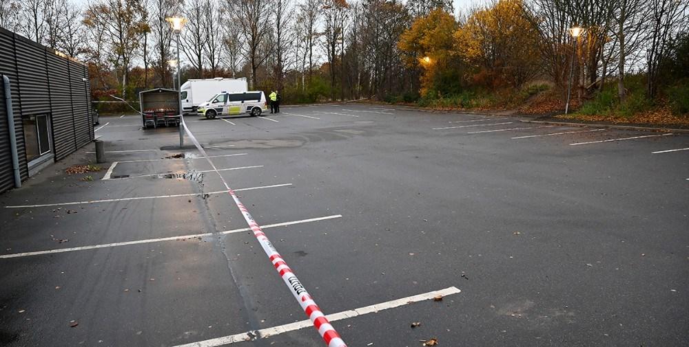 De tre mænd blev skudt ned på den bagerste del af parkeringspladsen ved Meny. Foto: Jens Nielsen