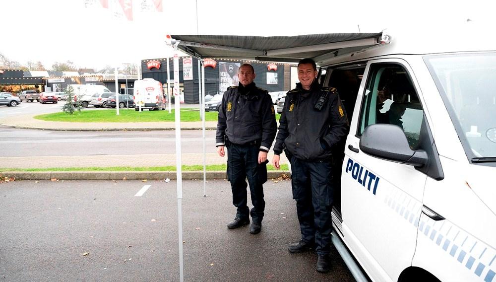 De to lokalbetjente fra stationen i Kalundborg, Jesper Engel og Peter Holm, er klar til at snakke med borgerne helt frem til kl. 20 onsdag aften. Foto: Jens Nielsen
