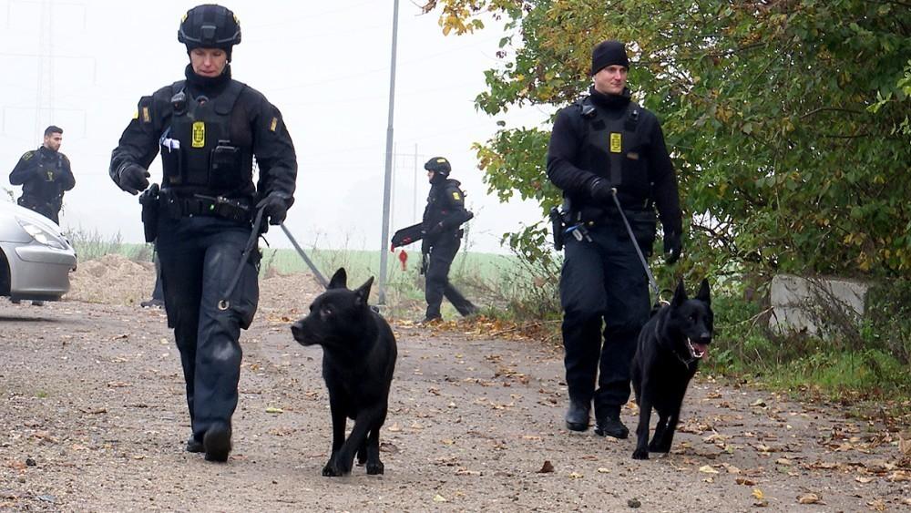 Politiet var massivt tilstede ved en ransagning af en landejendom i Bakkendrup sidst i oktober. Foto: Jens Nielsen