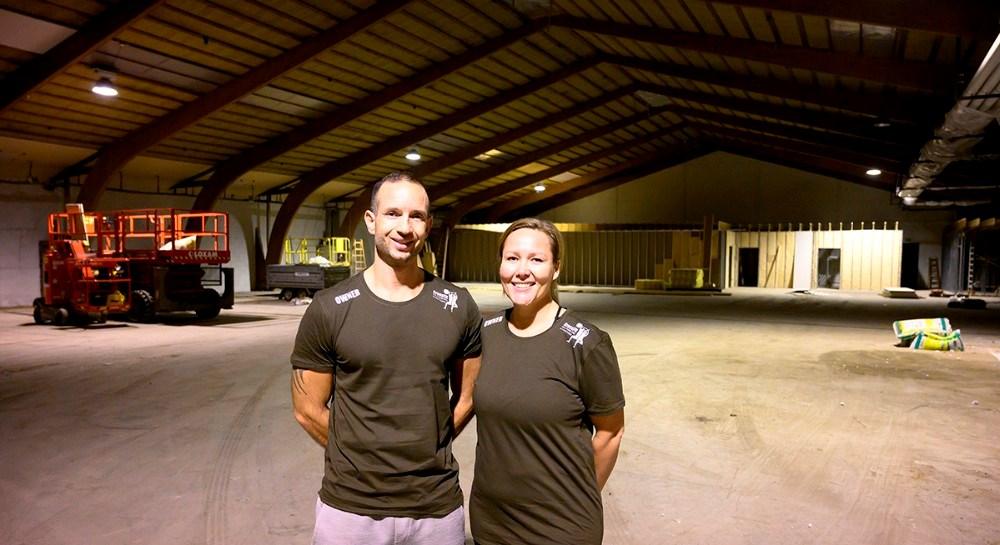 Ægteparret Shannie og Michael da Silva i hallen som bliver til en 1200 kvm. moderne CrossFit Box. Foto: Jens Nielsen