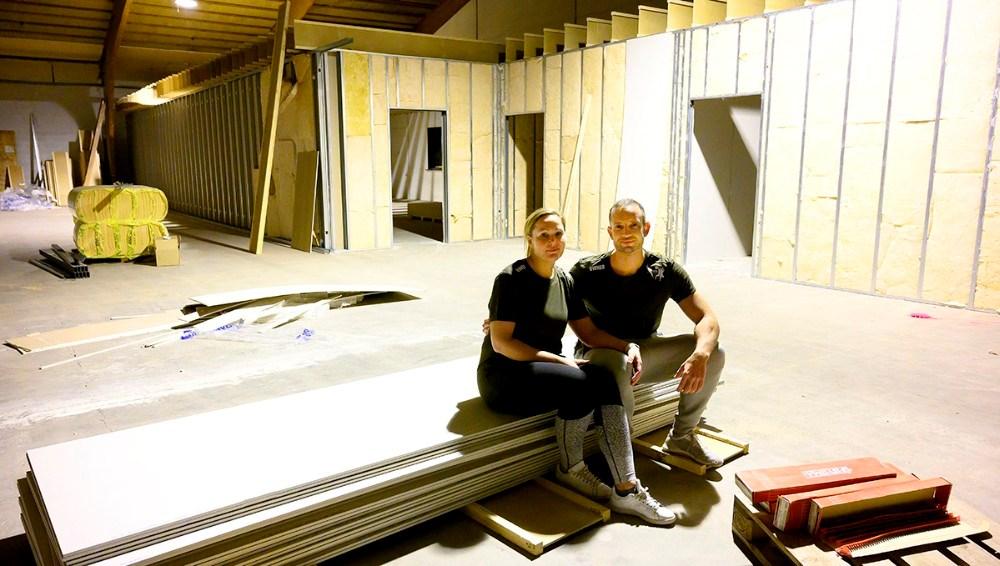 Ægteparret Shannie og Michael da Silva midt i byggepladsen som inden længe bliver til en topmoderne CfoddFit Box og Yogastudio. Foto: Jens Nielsen