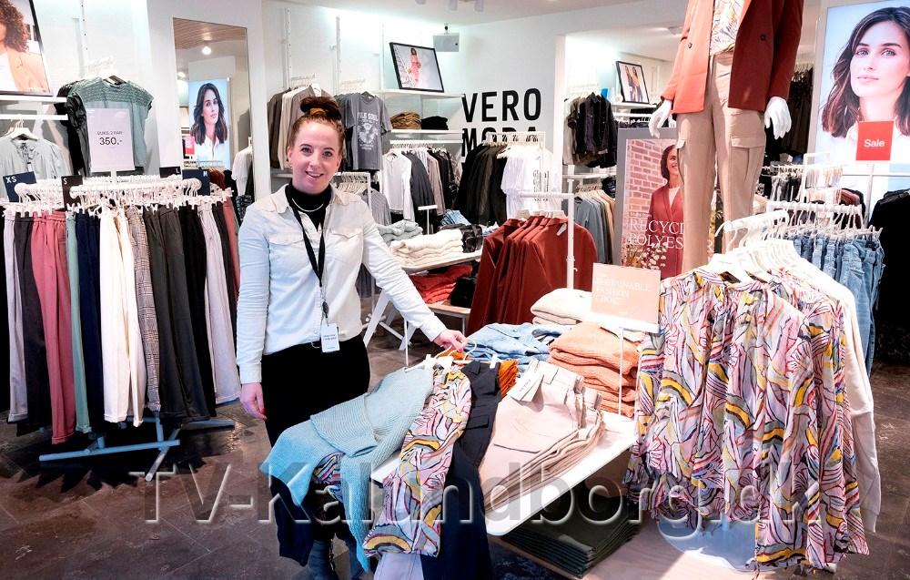 Christina Nielsen, butikschef hos Vero Moda i Kalundborg, klar med masser af de nyeste forårsvarer. Foto: Jens Nielsen