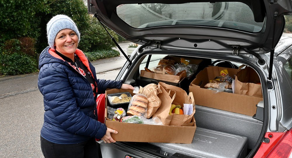 Koordinator hos Home-Start Nordvestsjælland, Rikke Kogi, på vej ud med måltidskasserne i Kalundborgområdet. Foto: Jens Nielsen