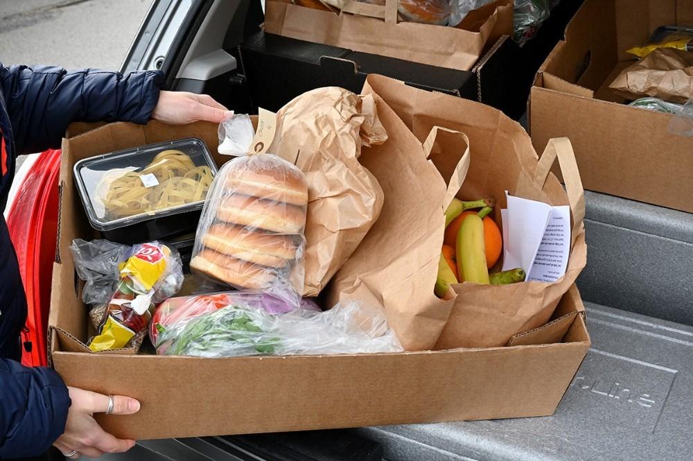 Ud over færdigretter er der også frugt, brød og slik til familierne. Foto: Jens Nielsen