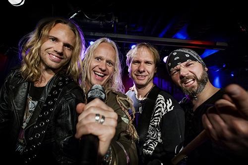Rockbandet AB/CD Rock underholder på Røsnæs Skole  lørdag den 25. marts.