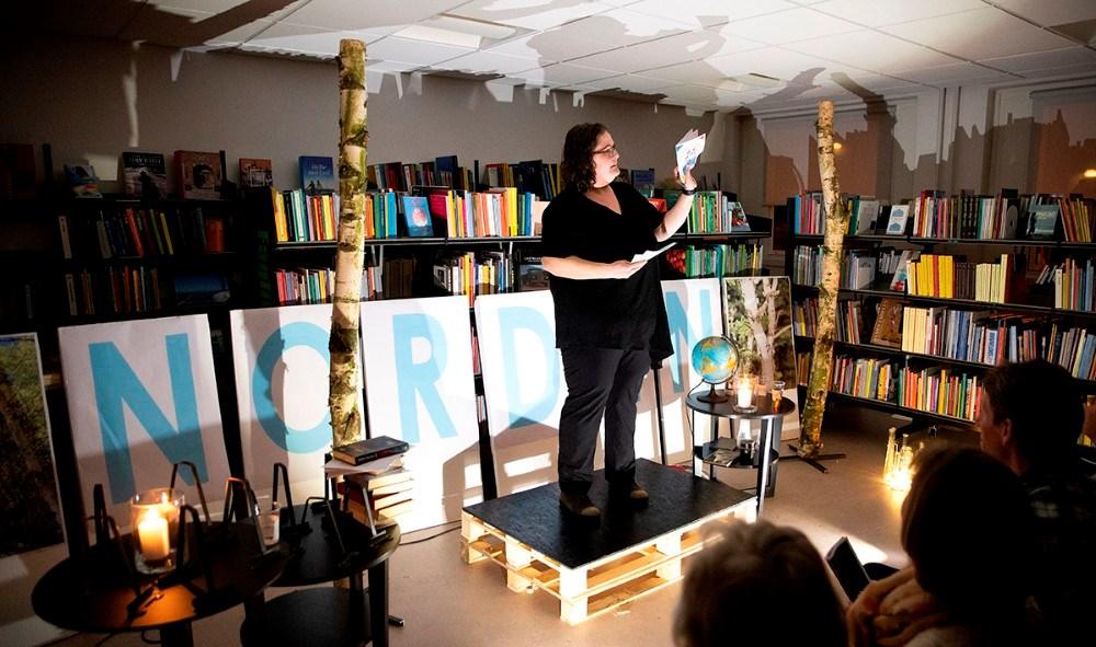 Karina Pedersen fra Kalundborg Biblioteker fortalte om aftenens program. Foto: Jens Nielsen