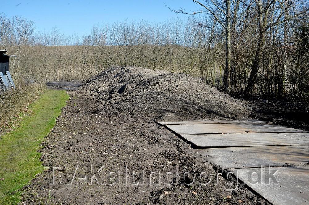 Der er lavet en jordvold ind mod husene, men den er ikke helt færdig. Foto: jens Nielsen
