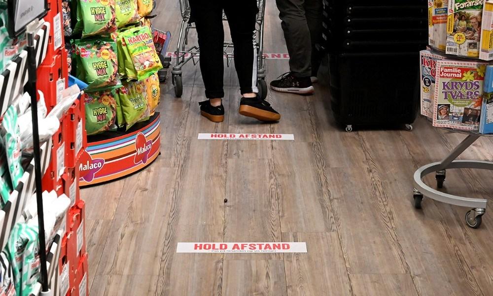 Der er sat markeringer på gulvet så kunderne kan holde afstand til hinanden. Foto: Jens Nielsen