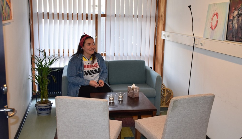 Samtalerummet (her med Yasemin Ucar siddende i sofaen) i Kalundborg Hallerne, hvor headspace har fået lov at få lokale. Foto: Gitte Korsgaard.