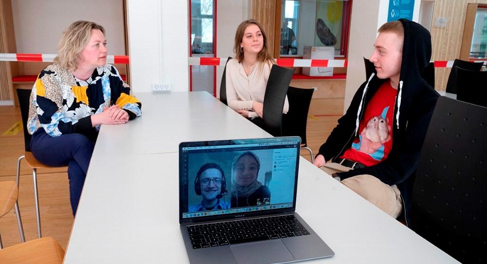 Fra venstre, Trine Fogh Lauridsen, Julie Espe og Jakob Sørensen, med hjemmefra,Rasmus Brøgger Najbjerg ogSafia Nabiyar. Foto: Jens Nielsen