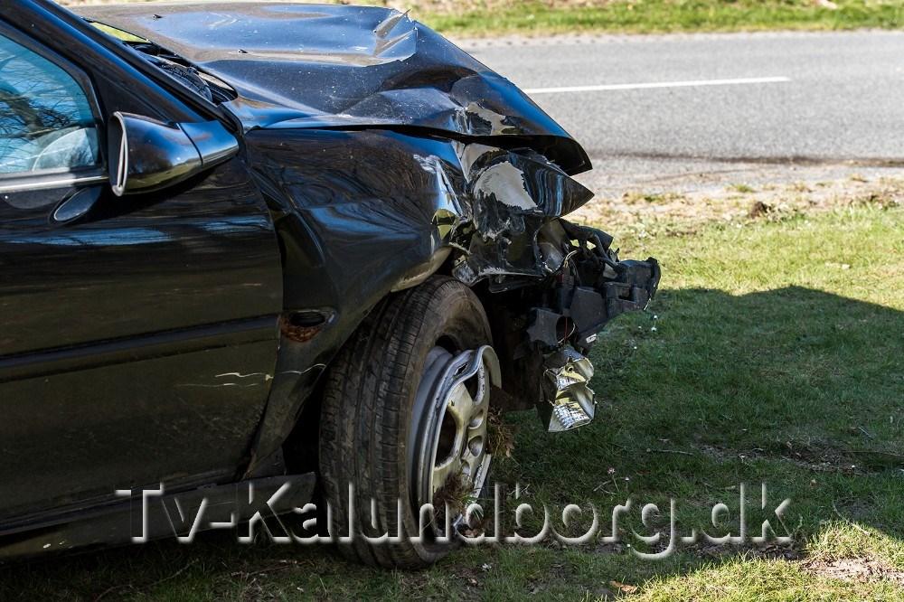 Der er store skader på bilen efter uheldet sent lørdag aften. Foto: Jokum Tord Larsen