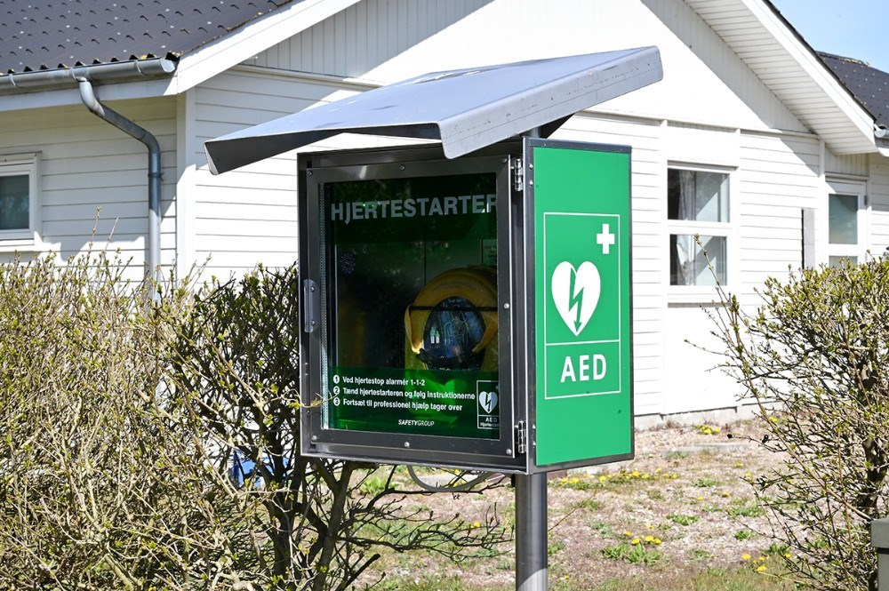 Den helt nye hjertestarter er placeret på hjørnet af Birkeskrænten og Solskrænten. Foto: Jens Nielsen