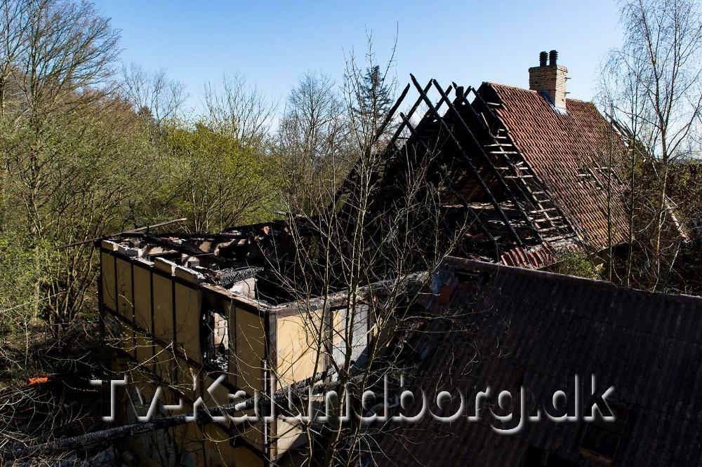 Der er store skader på bygningen efter onsdagens brand. Foto: Jokum Tord Larsen
