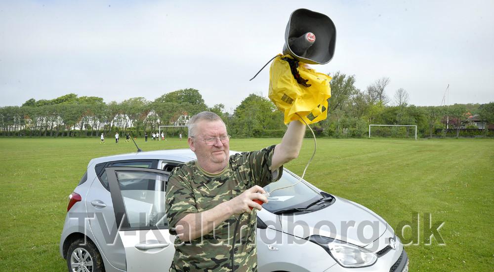 Arne Bang Christensen skyder kampene i gang med sit horn. Foto: Jens Nielsen