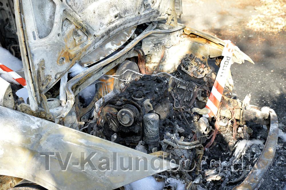 En Seat Leon personbil gik op i flammer natten til mandag på parkeringspladsen ved 10. klassecentret på Ulshøjvej. Foto: Jens Nielsen
