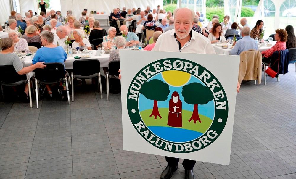Boligforeningens formand Richard Poulsen afslørede et helt nyt logo til boligforeningen. Foto: Jens Nielsen.