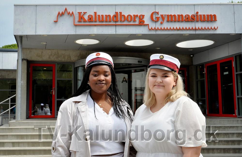 Vanessa Ingabire ogYasmin Hansen er årets første studenter fra Kalundborg Gymnasium og HF. Foto: Jens Nielsen