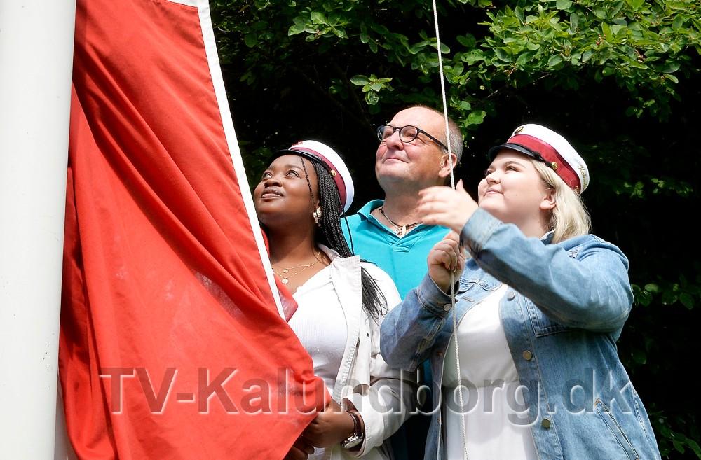 Vanessa Ingabire ogYasmin Hansen er årets første studenter fra Kalundborg Gymnasium og HF, her sammen med rektor Peter Abildgaard Andersen. Foto: Jens Nielsen