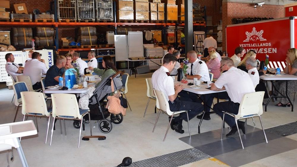 Vestsjællands Brandvæsen Kalundborg spiste lørdag formiddag brunch på stationen for at fejre Dennis Thulstrip og René Zebulas 25 års jubilæum. Foto: Gitte Korsgaard.