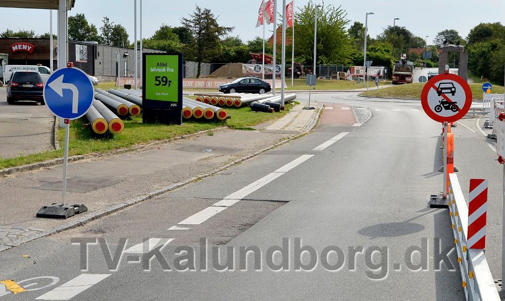 Til trods for at der er tegnet gule streger på kørebanen, der er opsat skilte, dels påbudsskiltet med en pil, venstresving, og dels forbudsskiltet 'Motorkøretøj, stor knallert, traktor og motorredskab indkørsel forbudt', er der mange trafikantersom kører lige ud og frem til rundkørslen. Foto: Jens Nielsen