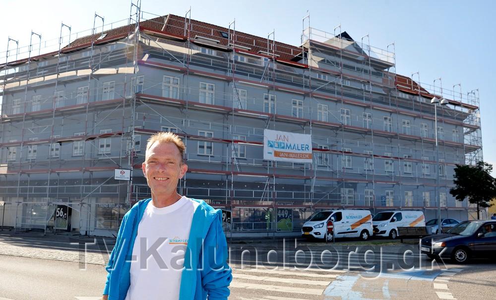 Jan Maler, Jan Jønsson foran Peterminde i Kalundborg, som er ved at blive facaderenoveret. Foto: Jens Nielsen