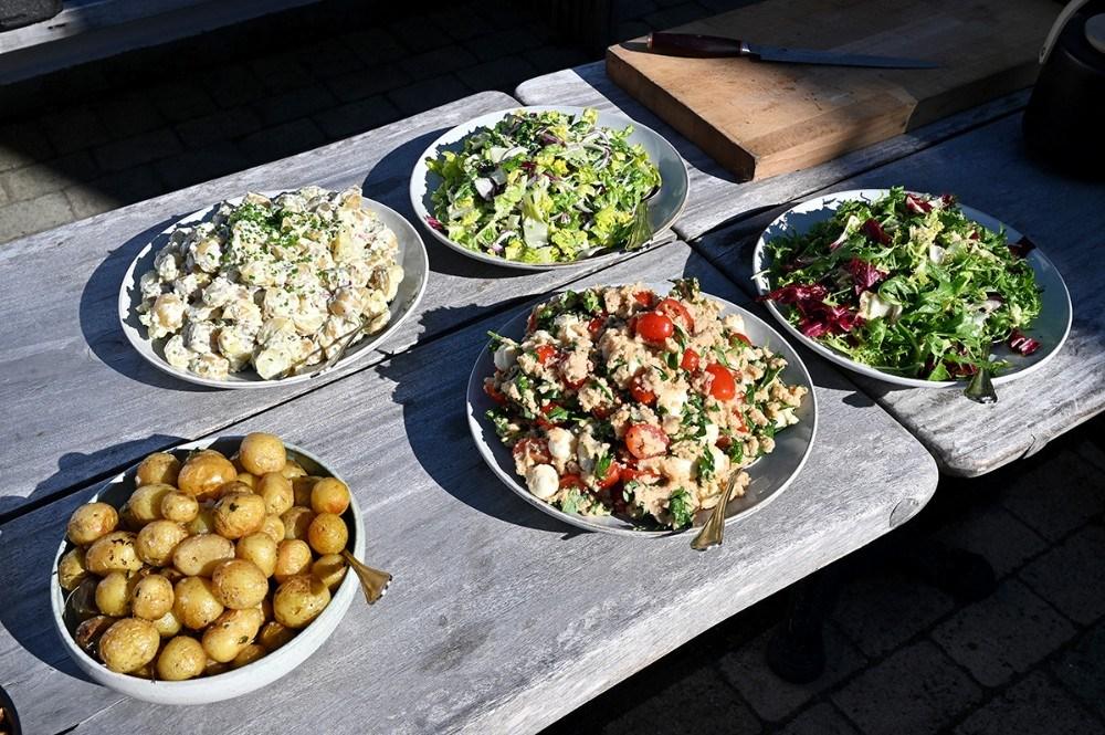 Grillbufet hver mandag er blevet et tilløbsstykke. Foto: Jens Nielsen