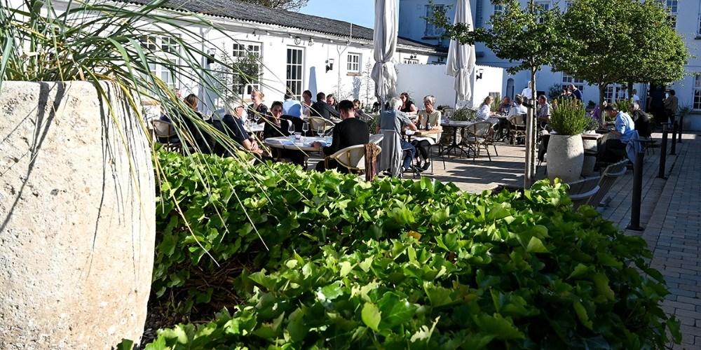 Der er masser af stemning i gårdhaven på Restaurant Næs på Røsnæs. Foto: Jens Nielsen