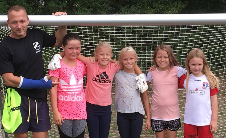 Træner Bob Arup med pigerne som er begyndt til fodbold. Privatfoto