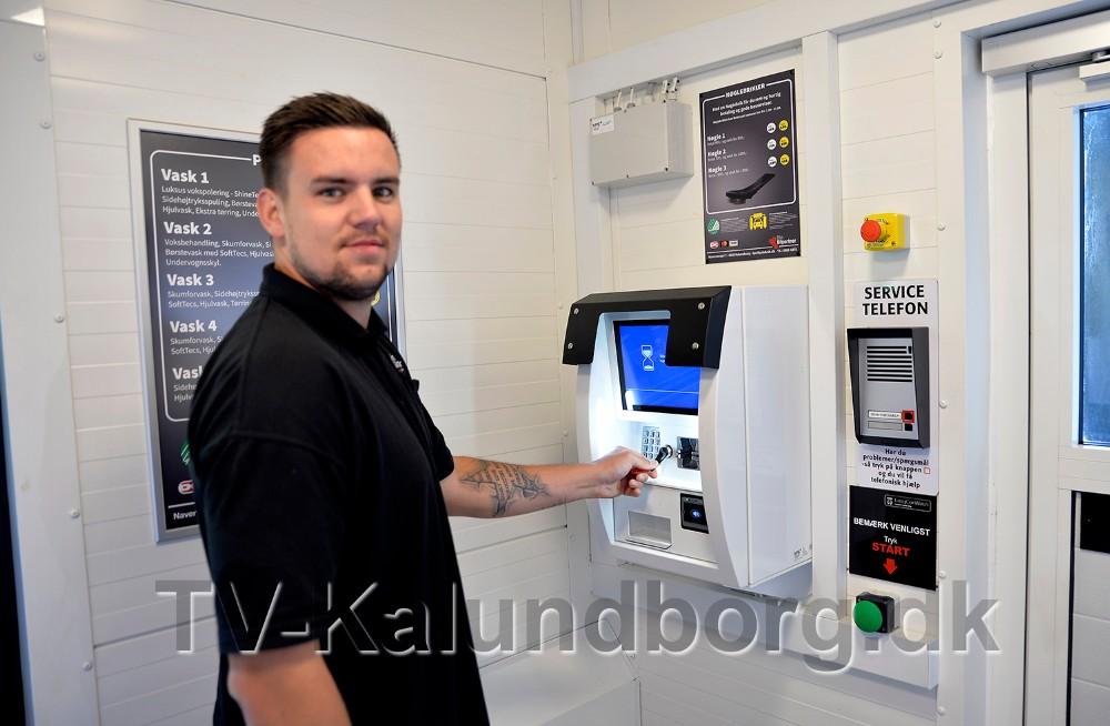 Marc Andreasen viser hvor let det er at betale for sin bilvask. Foto: Jens Nielsen