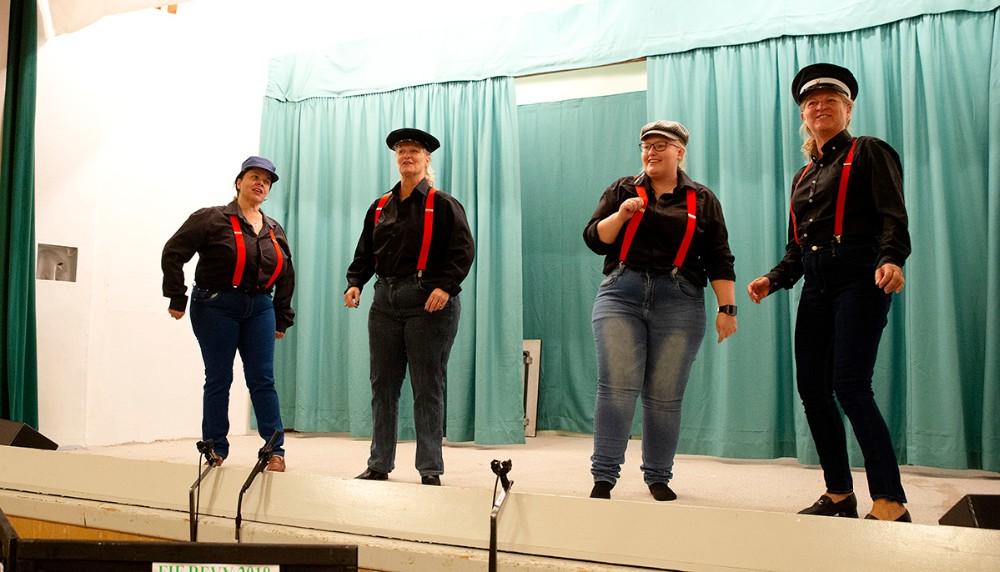 John Mogensen pigerne på scenen i Fuglede Forsamlingshus. Foto: Jens Nielsen