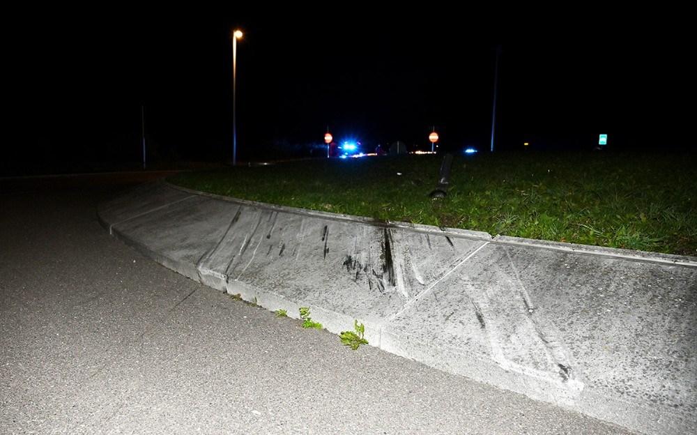 Bilen ramte den skrå kant i rundkørslen, der virkede son med affyringsrampe. Foto: Jens Nielsen