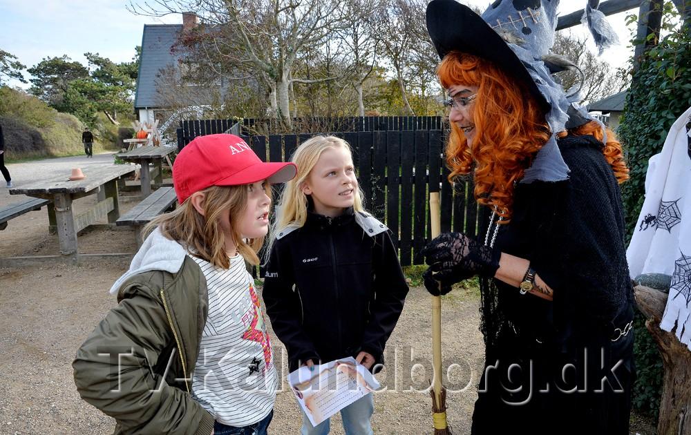 Heksen Helga i snak med de to veninder Anna og Silje, som havde svaret på de skrækkelige spørgsmål. Foto: Jens Nielsen