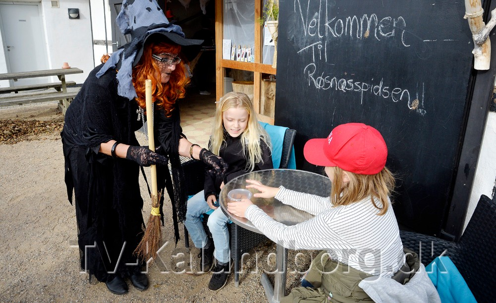 Heksen Helga med en dåse Helgas Knas med rottestykker til de to veninder Anna og Silje, som havde svaret på de skrækkelige spørgsmål. Foto: Jens Nielsen