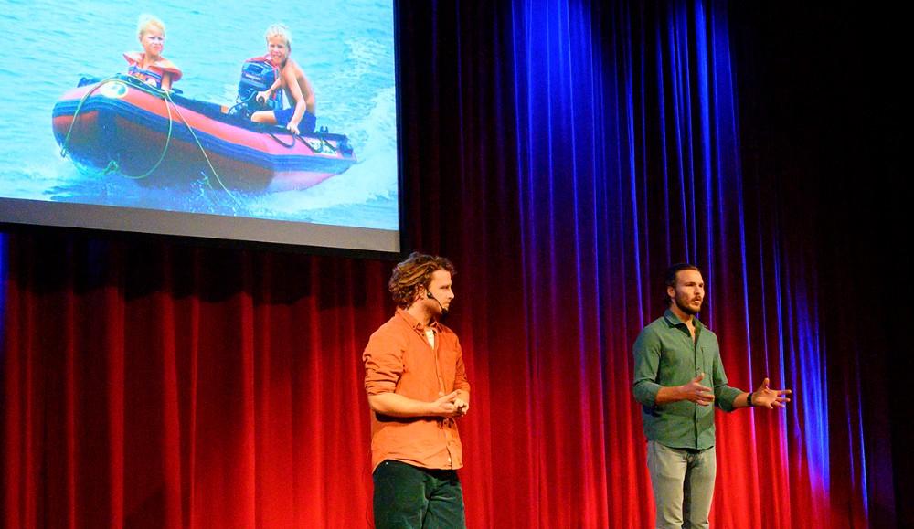 Interessen for vand og sejlads startede tidligt for Emil og Theis. Foto: Jens Nielsen