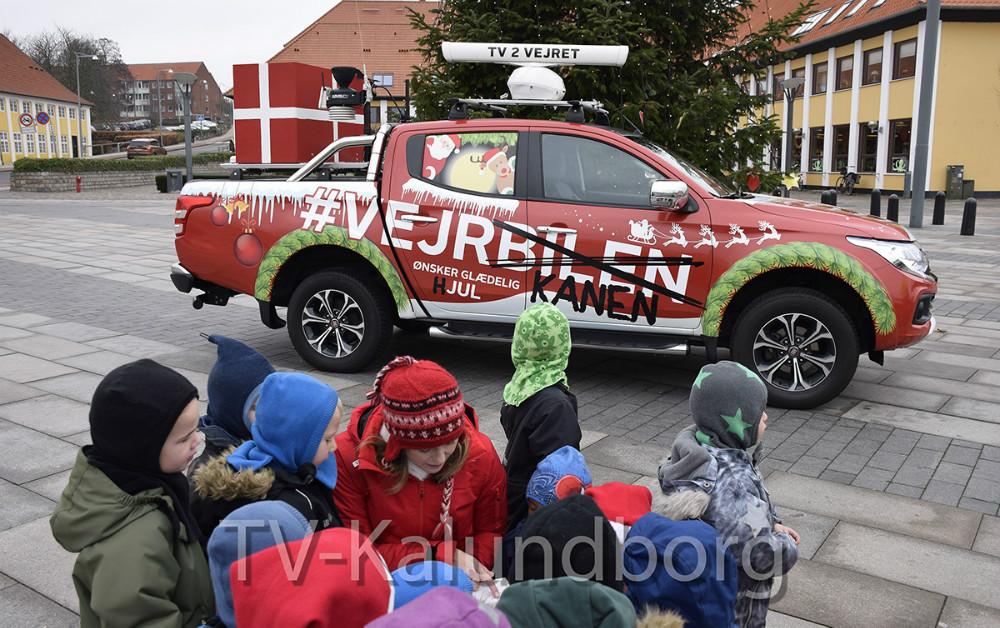 TV2 Vejret var i formiddag forbi på Klostertorvet, hvor TV2 værten bl.a. læste for børnene fra Eventyrhuset. Foto: Gitte Korsgaard.