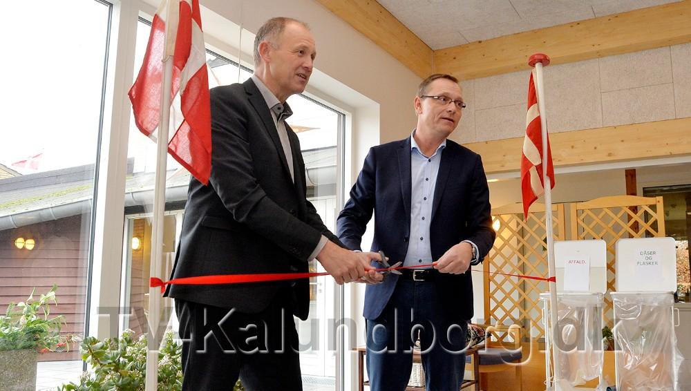 Borgmester Martin Damm og formand for Ældre- og Sundhedsudvalget, Peter Jacobsen klippede den røde snor over. Foto: Jens Nielsen