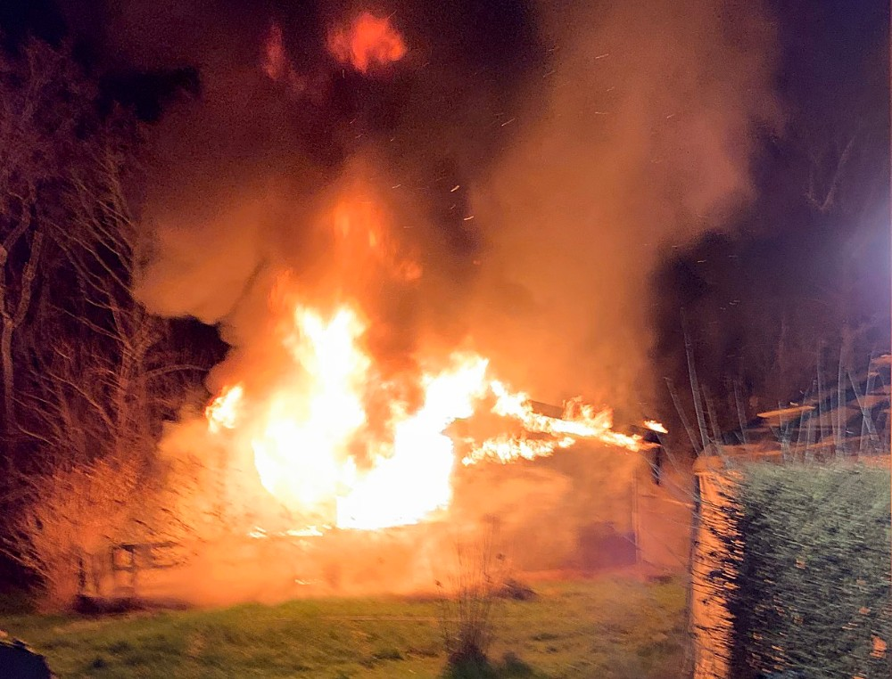 Et kolonihavehus gik op i flammer onsdag aften.