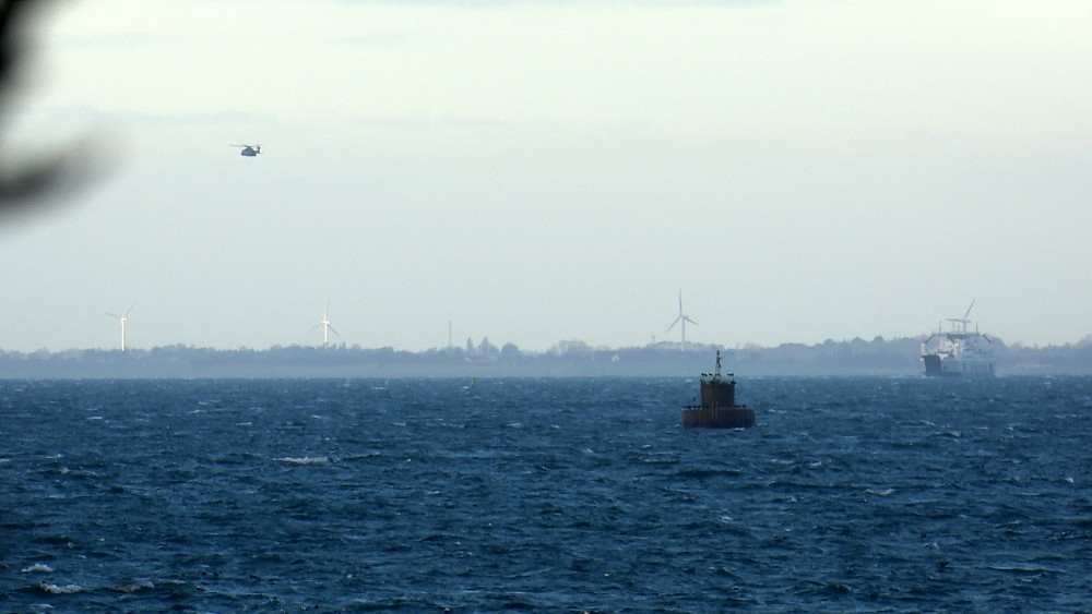 Skibe og helikoptere søgte onsdag efter en sejler mellem Røsnæs og Samsø. Manden er fundet død torsdag formiddag. Foto: Jens Nielsen