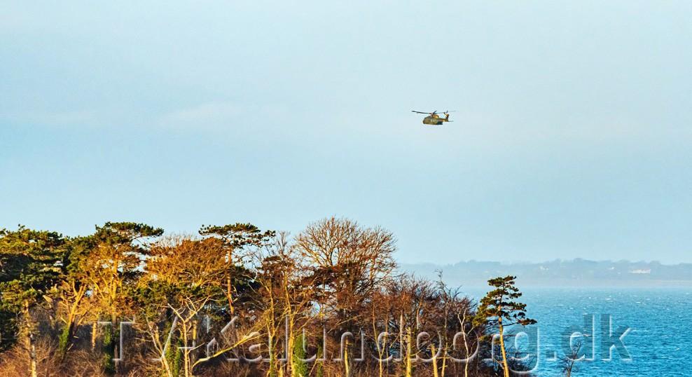 Skibe og helikoptere søgte onsdag efter en sejler mellem Røsnæs og Samsø. Manden er fundet død torsdag formiddag. Foto: Ole Agerbæk