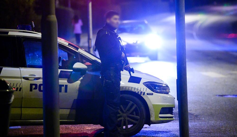 Politiet stod svært bevæbnet, klar i lyskrydset på Klosterparkvej i Kalundborg. Foto: Jens Nielsen