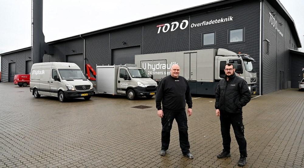 Afdelingsleder Rene Cubula sammen med indehaver af JJ Hydraulik, Thomas Holst Jensen, foran tre af firmaets biler som er blevet malet i firmaets farver. Foto: Jens Nielsen