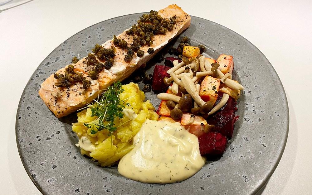 I denne uge består 'Ugens spiseoplevelse' af ovnbagt laks, med kartoffelkompot, bagte rodfrugter, syltede bøgehatte, friterede kapers, og hollandaise. Foto: Jens Nielsen