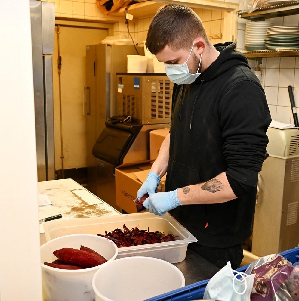 Mathias Dyhr Rothmann i gang i køkkenet. Foto: Jens Nielsen