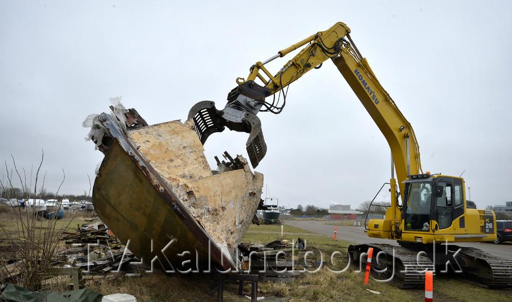 Den store gamle træbåd som i flere år har ligget på Kalundborg Havn bliver nu hugges op. Foto: Jens Nielsen