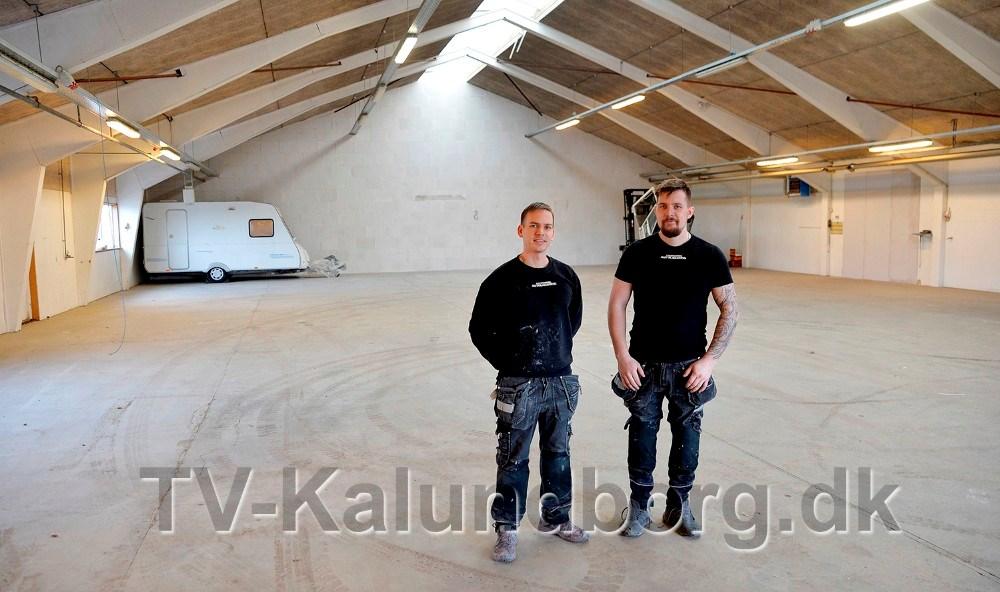 Morten Sonne Faigh og Emil Olsen, indehavere af Kalundborg Autolakering, har nu lejet hele den 1000 kvadratmeter store hal. Foto: Jens Nielsen