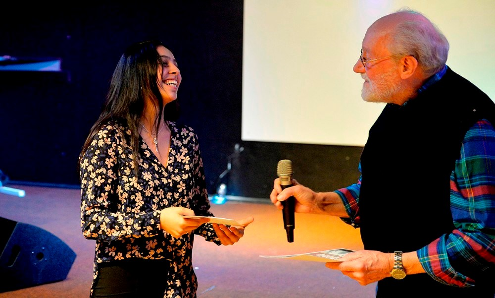 Leder af JUVI Klubben Richard Poulsen overrakte førstepræmien til sidste års vinder Hibeh Ajeell. Arkivfoto: Jens Nielsen