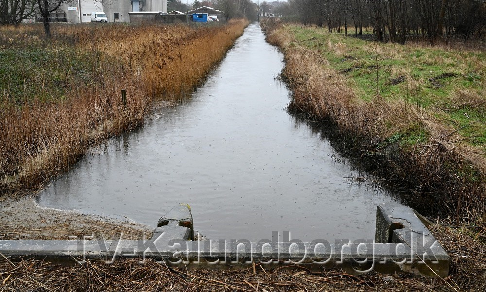 Masser af vand i Kærby Å, her hvor den løber under Sydhavnsvej.